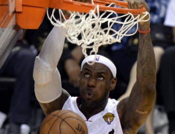 18.06.13 - LeBron James enterra durante o jogo 6 da decisão da NBA, vencido pelo Miami HEat