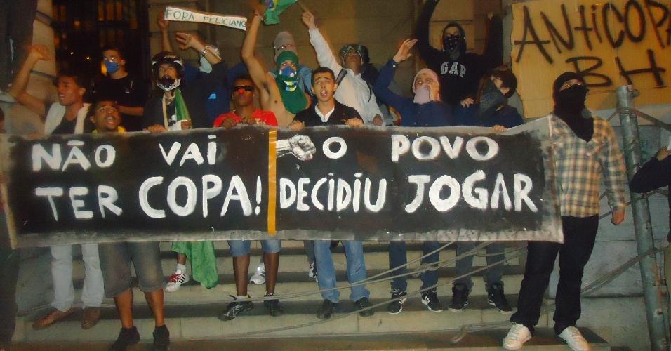 18.jun.2013 - Em Belo Horizonte, grupo de manifestantes protesta contra a realização da Copa do Mundo no Brasil