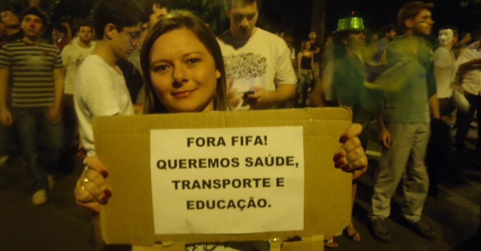 18.jun.2013 - Em Belo Horizonte, manifestante critica a Fifa e pede melhorias em vários setores