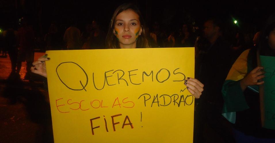 18.jun.2013 - Em Belo Horizonte, manifestante pede melhorias na educação