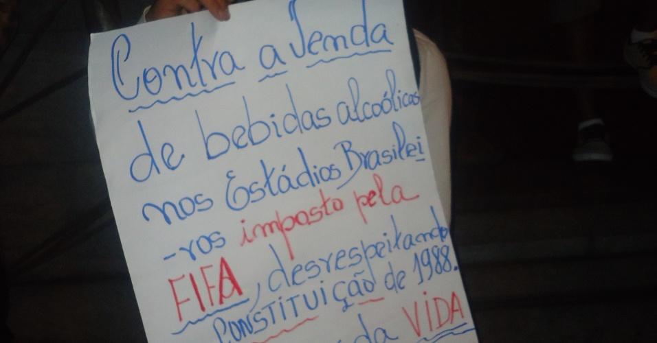 18.jun.2013 - Em Belo Horizonte, manifestante protesta contra a venda de bebidas alcoolicas em estádios brasileiros