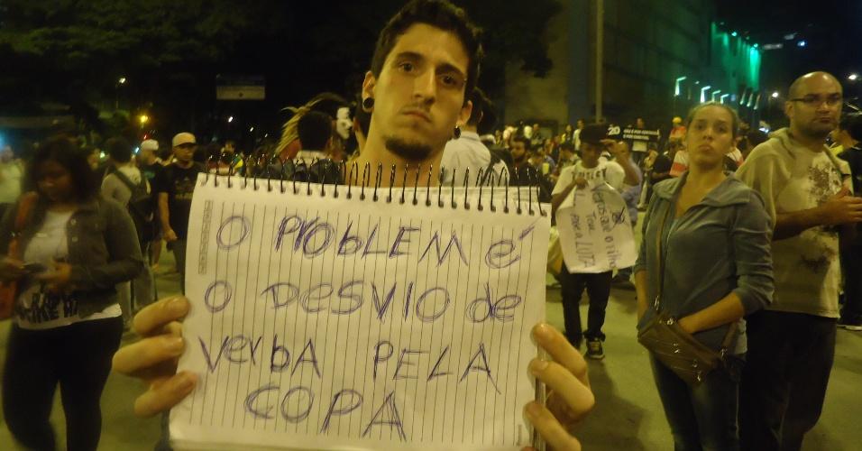 18.jun.2013 - Gastos com a realização da Copa do Mundo no Brasil foram alvo de protesto de manifestantes durante ato em Belo Horizonte
