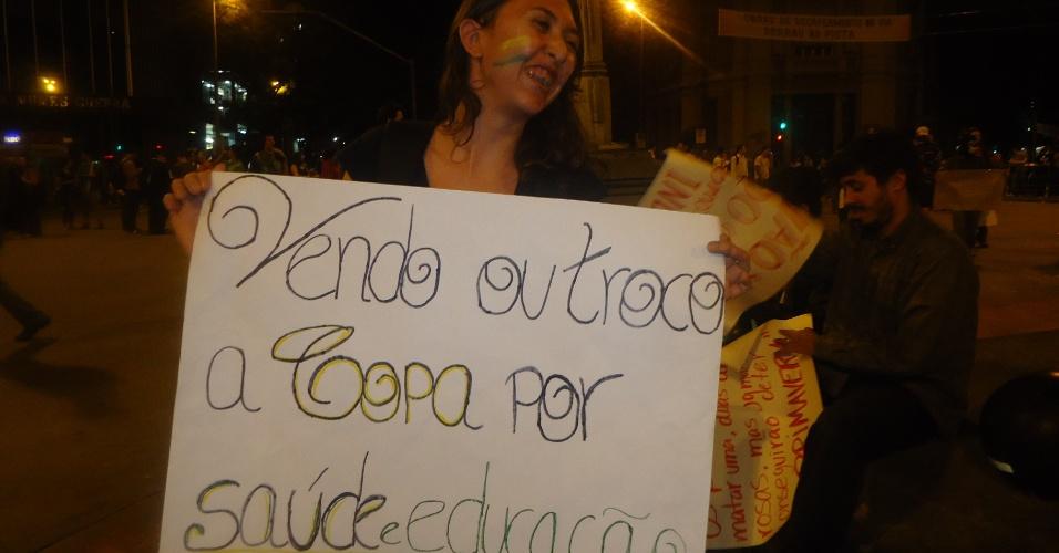 18.jun.2013 - Manifestante critica realização da Copa do Mundo no Brasil e pede mudanças em outras áreas durante protesto em Belo Horizonte