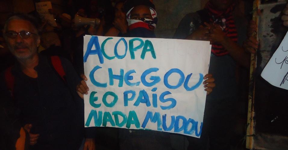 18.jun.2013 - Manifestante protesta em Belo Horizonte contra a realização da Copa do Mundo no Brasil