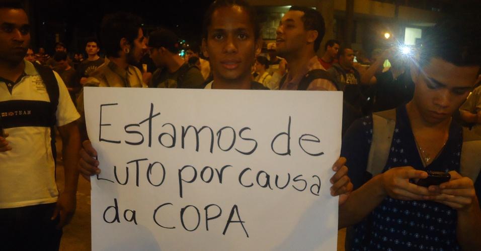 18.jun.2013 - Realização da Copa do Mundo no Brasil foi alvo de críticas de manifestantes em Belo Horizonte