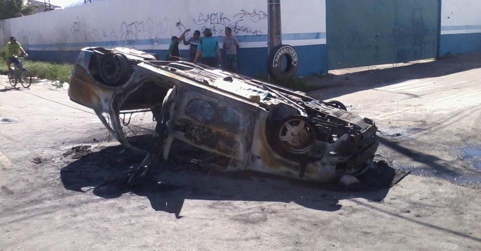 19.06.2013 - Destroços do carro da AMC, que foi incendiado