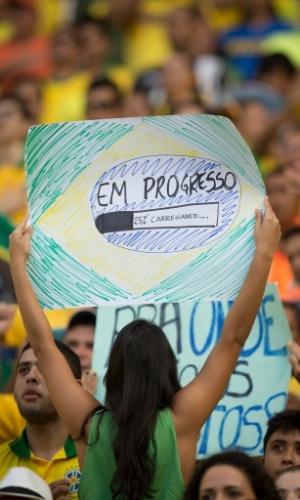 19.06.2013 - Torcedora brasileira fica de costas durante hino nacional para protestar na partida entre Brasil e México
