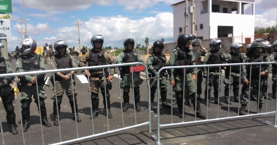 19.jun.2013 - Barreira de policiais em frente ao estádio Castelão, em Fortaleza, palco de protestos