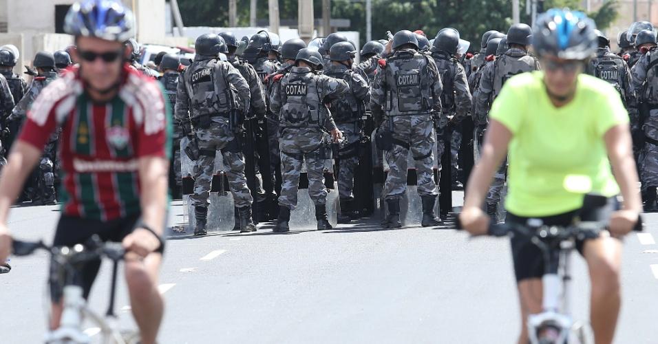 19.jun.2013 - Ciclistas passeiam próximos aos confrontos entre policiais e manifestantes em Fortaleza