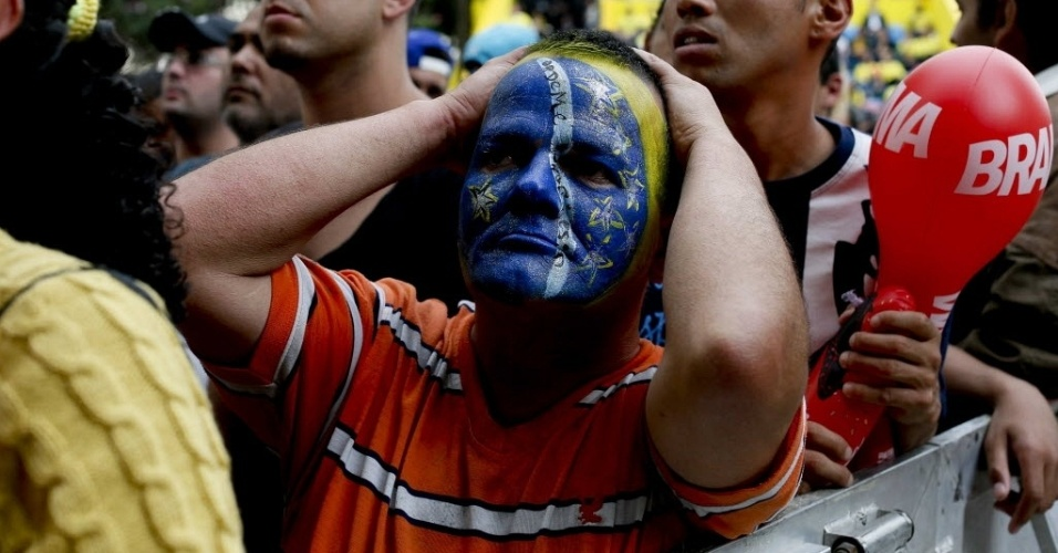 19.jun.2013 - Com o rosto pintado, torcedor lamenta chance desperdiçada pela seleção brasileira no jogo contra o México
