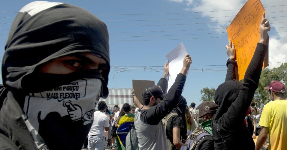 19.jun.2013 - Com rosto coberto, manifestante faz protesto nas imediações do estádio Castelão, em Fortaleza