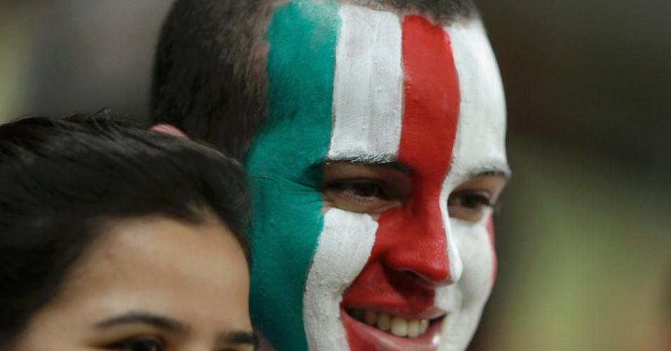 19.jun.2013 - Com rostos pintados, torcedores italianos demonstram otimismo antes de jogo contra o Japão