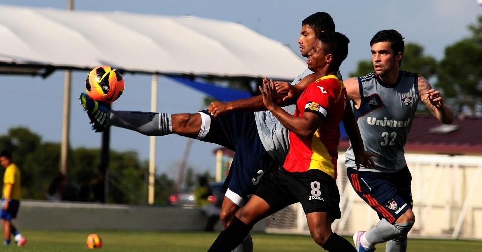 19.jun.2013 - Gum disputa a bola com jogador do Fort Lauderdale Strikers durante jogo-treino