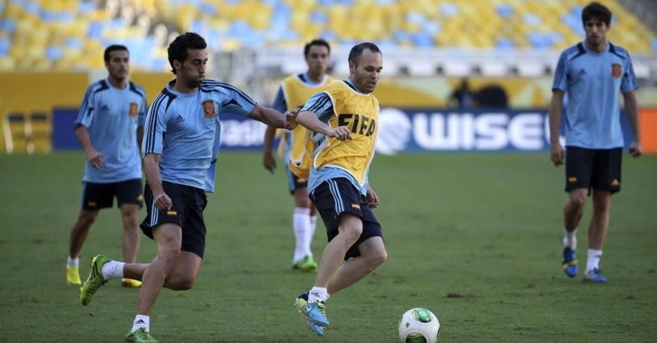 19.jun.2013 - Jogadores da seleção espanhola treinam com bola no Maracanã