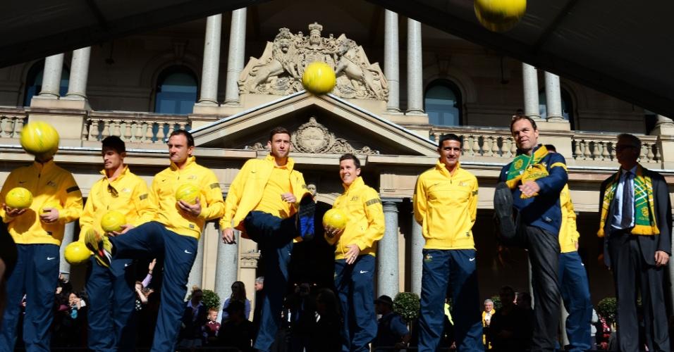 19.jun.2013 - Jogadores e comissão técnica da Austrália participam de festa em Sydney pela classificação para a Copa do Mundo de 2014