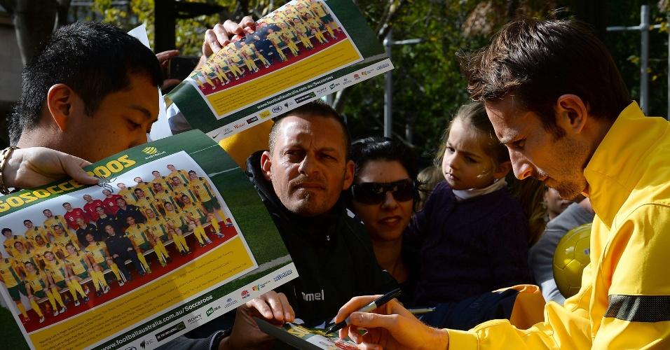 19.jun.2013 - Josh Kennedy distribui autógrafos a torcedores durante comemoração da Austrália por vaga na Copa do Mundo de 2014