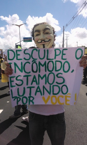 19.jun.2013 - Jovem leva faixa irônica ao protesto em Fortaleza