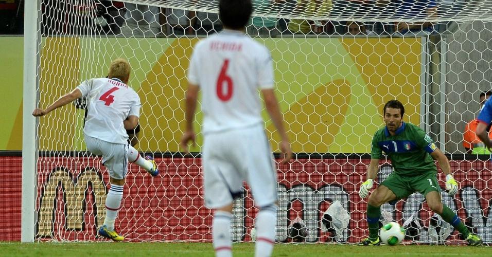 19.jun.2013 - Keisuke Honda cobra pênalti e abre placar para o Japão contra a Itália na Copa das Confederações