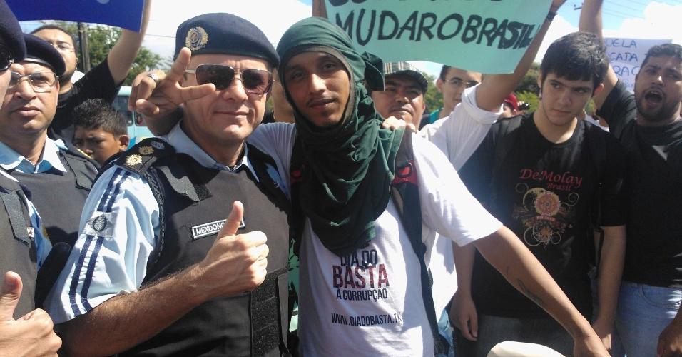 19.jun.2013 - Manifestante e policial se abraçam após acordo durante protesto em Fortaleza