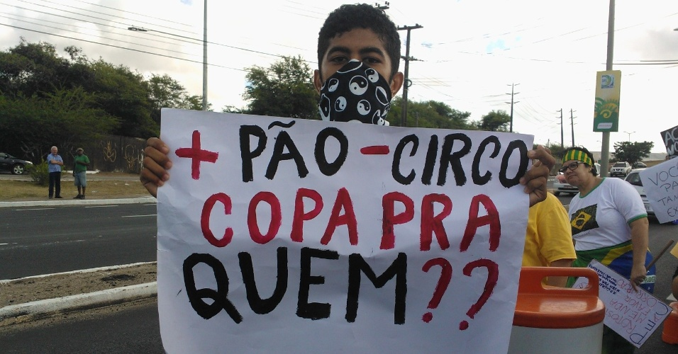 """19.jun.2013 - Manifestante pede """"mais pão e menos circo"""" em frente ao Castelão, em Fortaleza"""