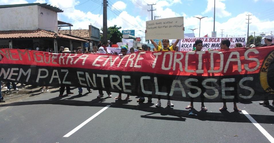 19.jun.2013 - Manifestantes avançam em direção ao Castelão, em Fortaleza, durante protesto
