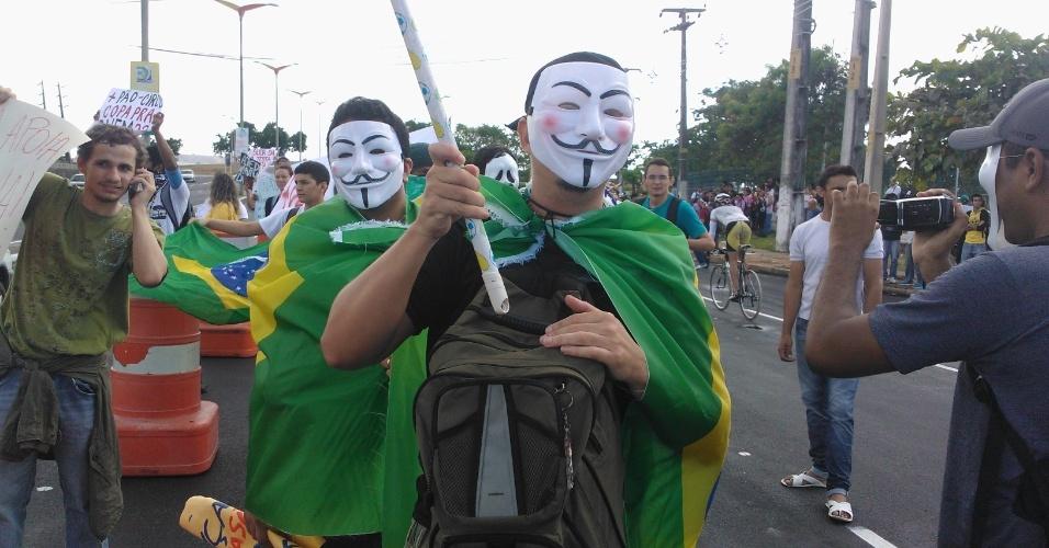 19.jun.2013 - Manifestantes com máscara de Guy Fawkes protestam em frente ao Castelão, em Fortaleza