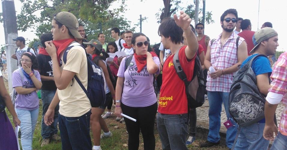 19.jun.2013 - Manifestantes, em geral estudantes, protestam em frente ao Castelão, em Fortaleza