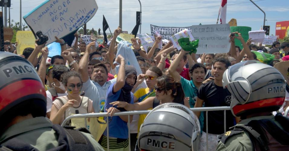 19.jun.2013 - Manifestantes fazem protesto nas imediações do estádio Castelão, em Fortaleza, antes da partida entre Brasil e México