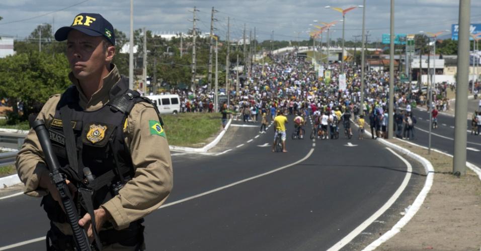 19.jun.2013 - Manifestantes fecham via de acesso ao estádio Castelão durante protesto em Fortaleza