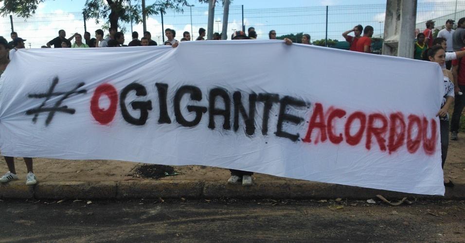 19.jun.2013 - Manifestantes levam faixa com a inscrição
