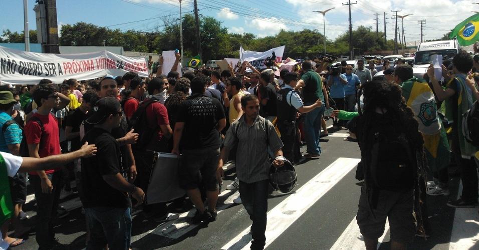 19.jun.2013 - Manifestantes ocupam a avenida Alberto Craveiro, a principal via de acesso ao estádio Castelão