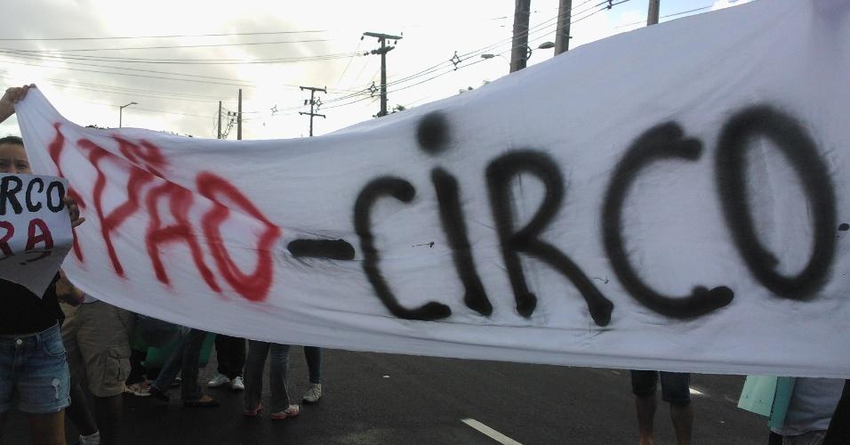 19.jun.2013 - Manifestantes pedem mais pão e menos circo durante protesto em Fortaleza