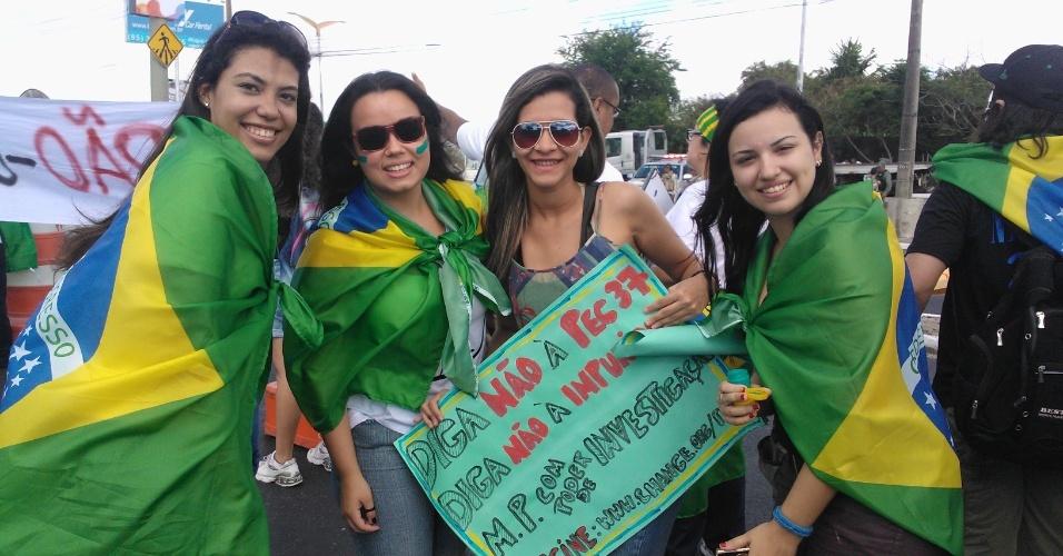 19.jun.2013 - Manifestantes protestam em frente ao Castelão, em uma das principais vias de acesso ao estádio
