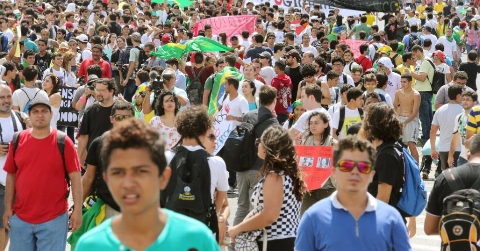 19.jun.2013 - Manifestantes reunidos em frente ao Castelão, em Fortalezam antes do duelo entre Brasil e México