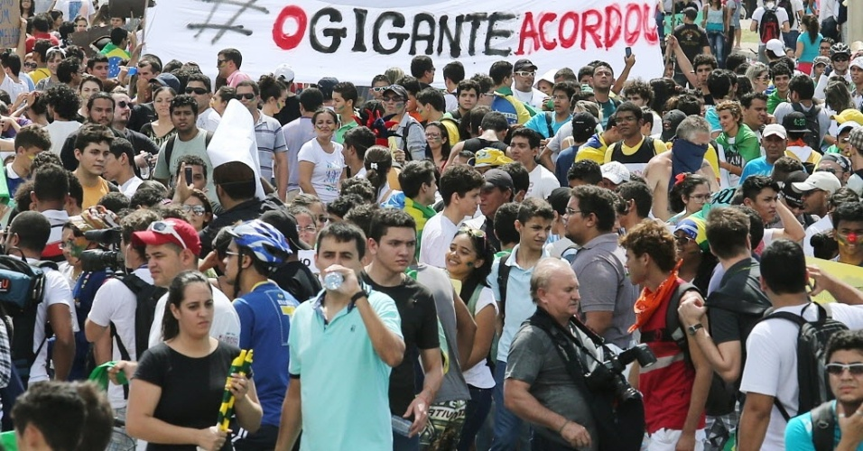 19.jun.2013 - Manifestantes se reúnem em frente ao Castelão