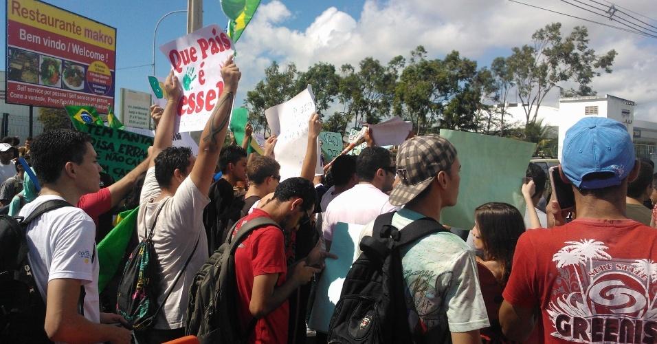 19.jun.2013 - Pessoas se reúnem em frente ao Castelão, em Fortaleza, para protesto contra a realização da Copa no Brasil