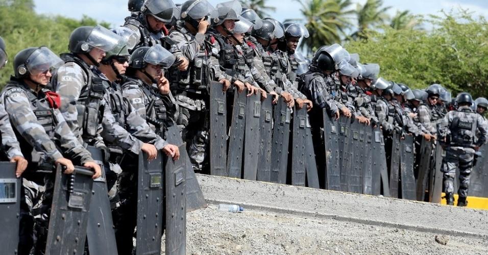 19.jun.2013 -  Policiais cercam o estádio Castelão com barreira para impedir o avanço de manifestantes
