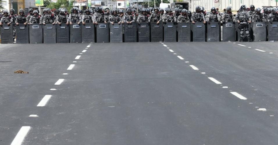 19.jun.2013 - Policiais formam barreira para impedir avanço de manifestantes em frente ao Castelão