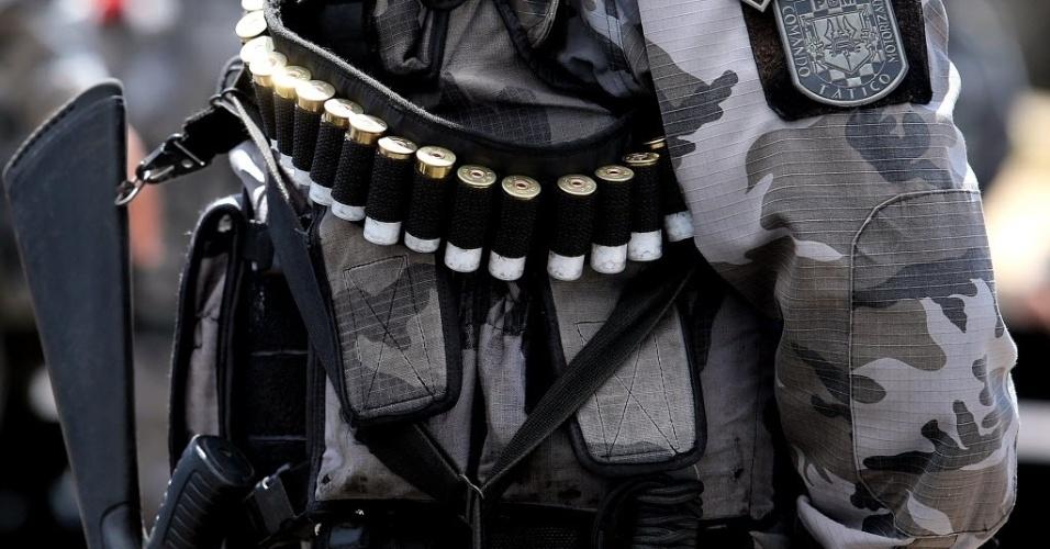 19.jun.2013 - Policial armado forma barreira em frente ao Castelão para evitar avanço de manifestantes
