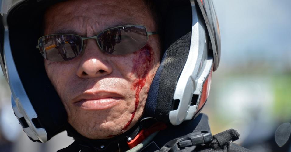 19.jun.2013 - Policial é ferido próximo do olho em confronto com manifestantes em Fortaleza