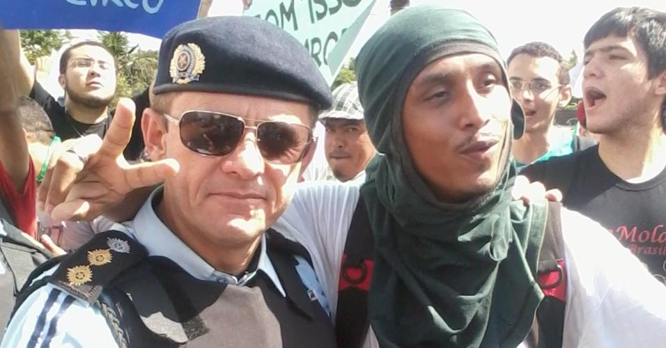 19.jun.2013 - Policial e manifestante se cumprimentam após negociação sobre os protestos no castelão, em Fortaleza