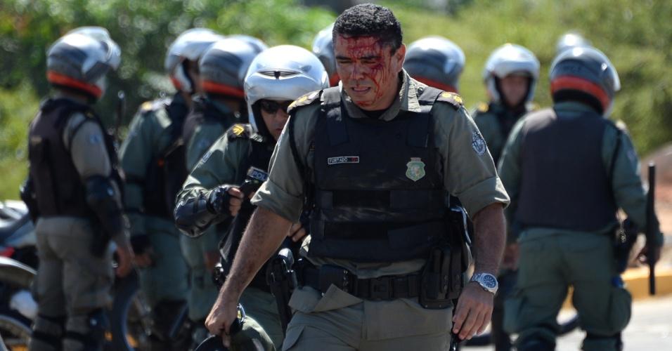 19.jun.2013 - Policial fica ferido em confronto com manifestantes nas proximidades do estádio Castelão