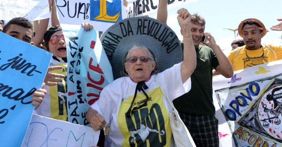 19.jun.2013 - Senhora se junta aos protestos em frente ao Castelão, em Fortaleza