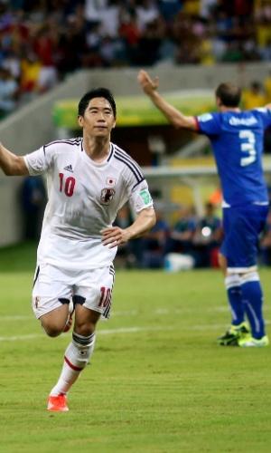 19.jun.2013 - Shinji Kagawa parte para a comemoração após marcar o segundo gol do Japão contra a Itália em jogo da Copa das Confederações