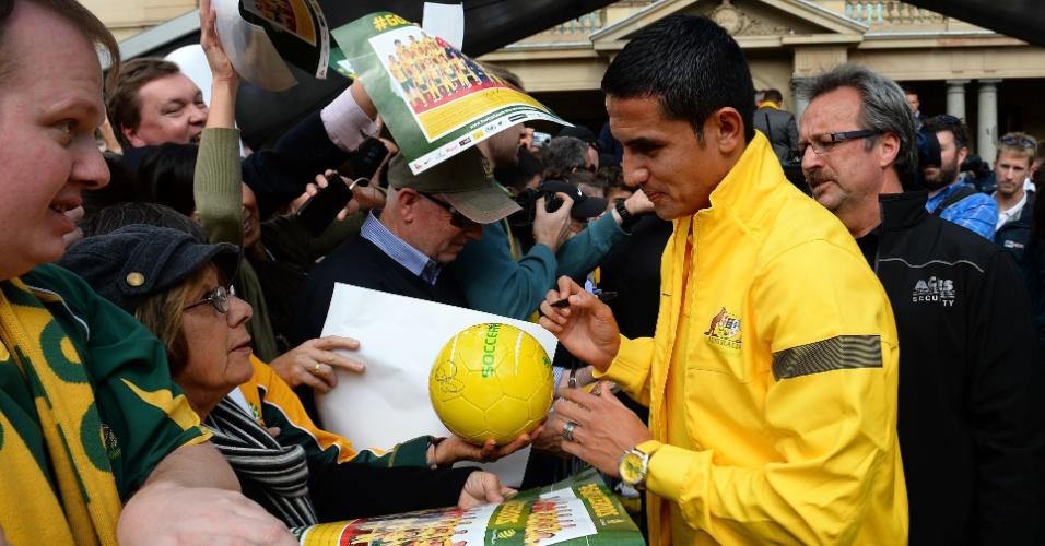 19.jun.2013 - Tim Cahill distribui autógrafos a torcedores durante comemoração da Austrália por vaga na Copa do Mundo de 2014