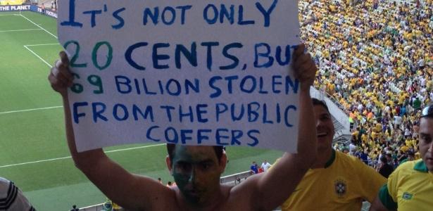 Torcedor exibe cartaz com mensagem em inglês durante jogo do Brasil contra o México no Castelão