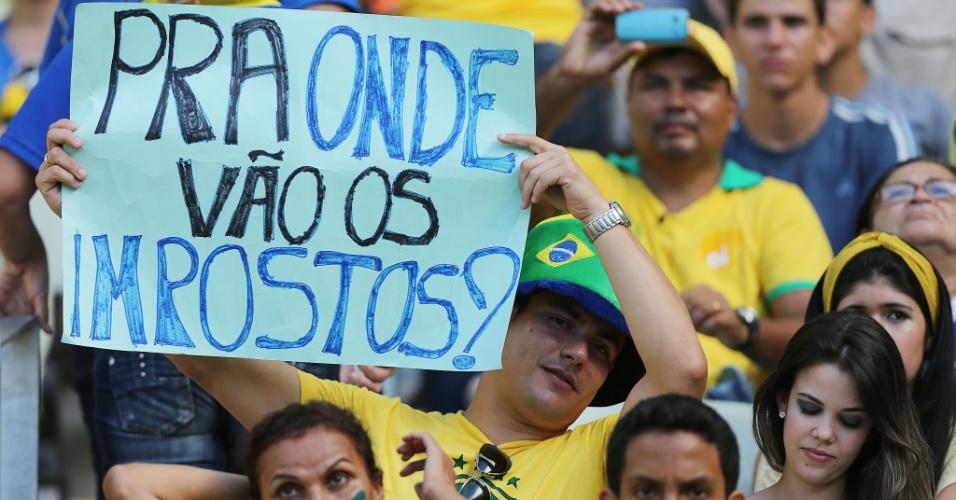 19.jun.2013 - Torcedor mostra cartaz com protesto ao estádio do Castelão para o jogo entre Brasil e México