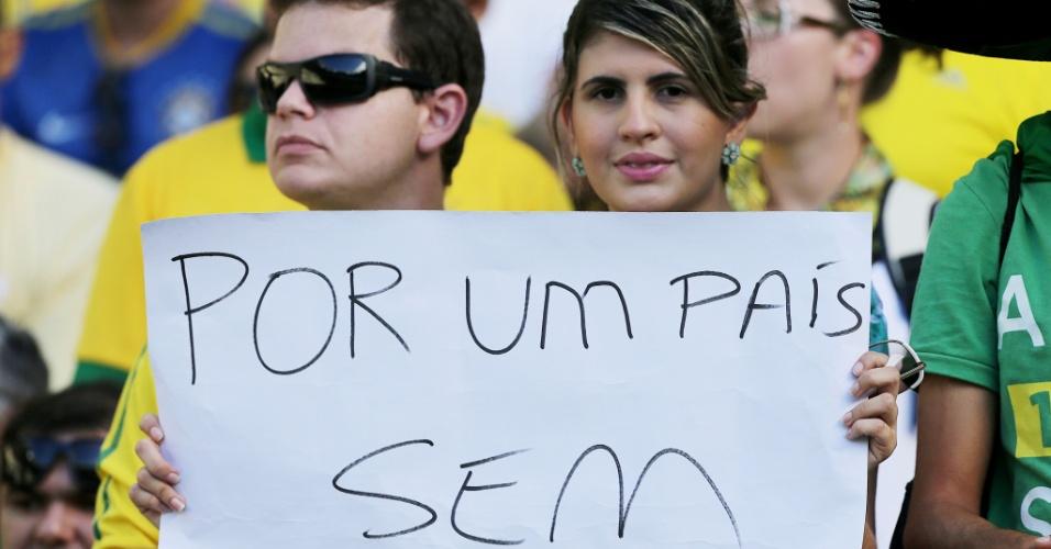 19.jun.2013 - Torcedora pede o fim da corrupção com um cartaz no estádio do Castelão antes do jogo entre Brasil e México