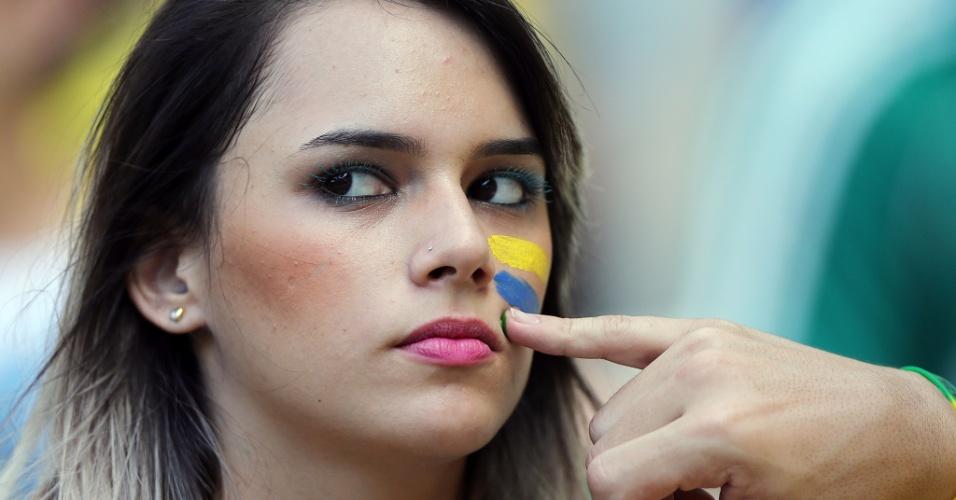19.jun.2013 - Torcedora se prepara para acompanhar o duelo entre México e Brasil em Fortaleza