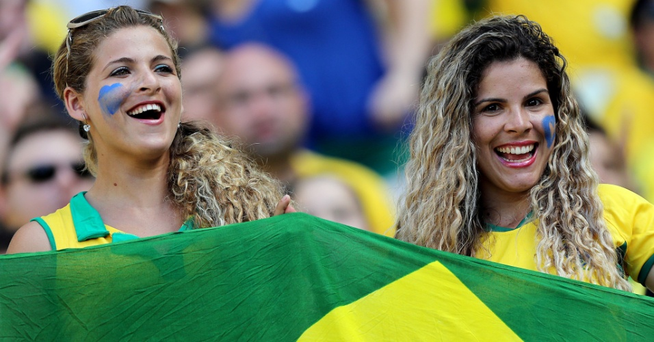 19.jun.2013 - Torcedoras se preparam para o duelo entre México e Brasil em Fortaleza